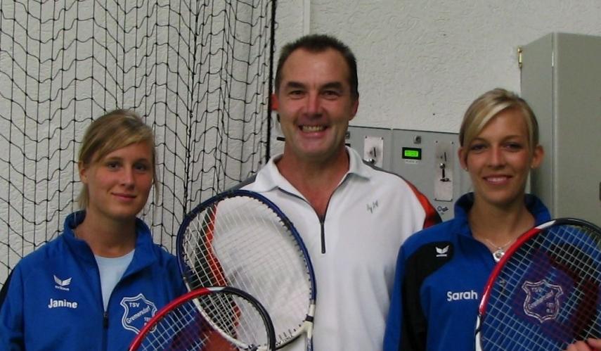 Trainer mit zwei Tennisschülern in der tennishalle Heiligenhafen