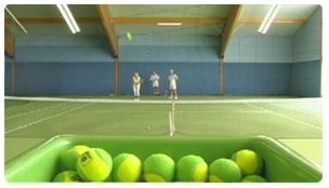 Tennishalle in Heilgenhafen, Ballmaschine