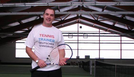 Tennis in Heiligenhafen, Tennistrainer zeigt Tennistechnik